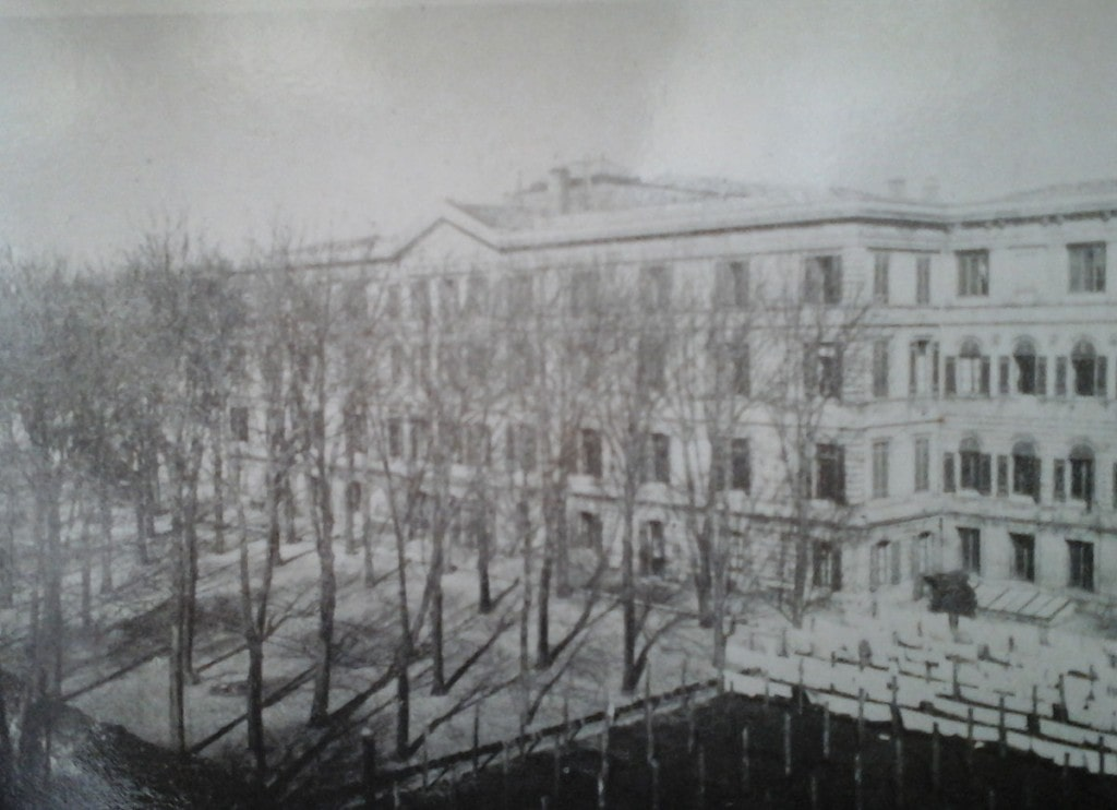 En images - photo en noir et blanc du bâtiment Castéja