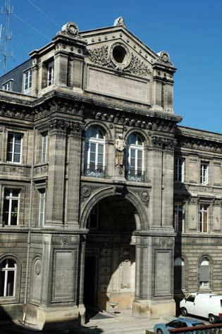 photo de la façade du bâtiment rue Castéja